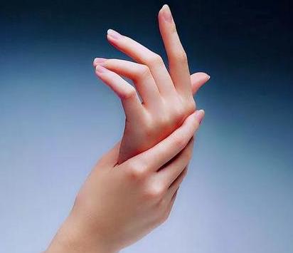 手脱皮最佳治疗方法,大部分只需多喝水保湿,只有少部分需要这样……