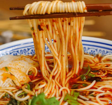 酸辣爽口的葱香素面,在家几分钟就能完成,营养美味的代餐主食!