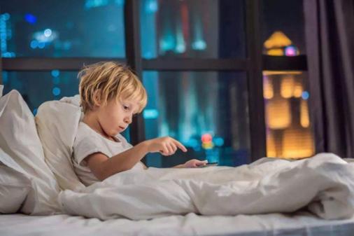 宝宝晚上开灯睡觉到底好不好 专家告诉你后果多严重