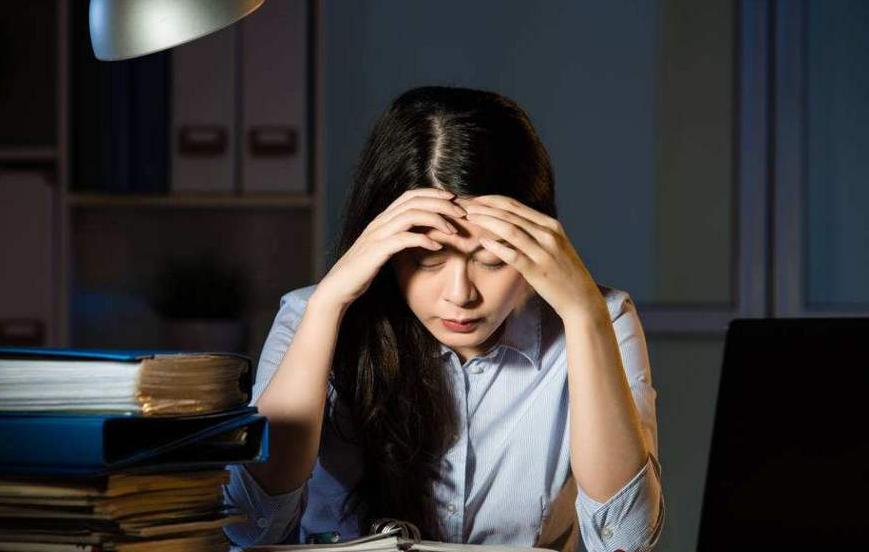 连熬3个通宵却突发耳聋?经常熬夜的人,身上或许早已出5个问题