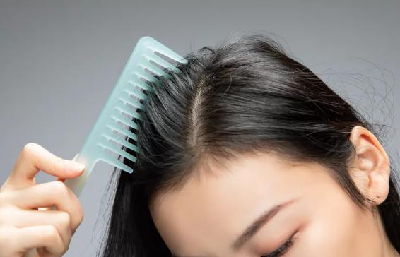 中医如何看待头发油的快这一现象?哪些原因会导致头发油的快?