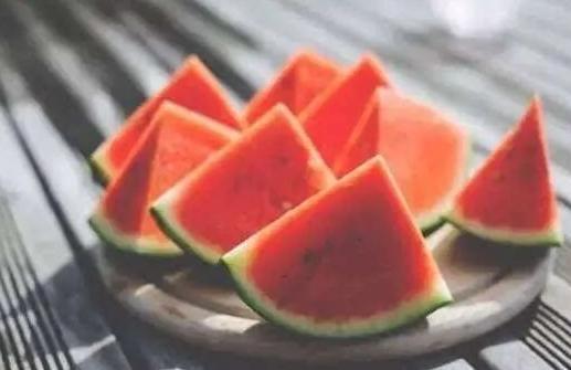 夏季不知道该如何挑选西瓜?小编教你挑选到称心如意的甜西瓜