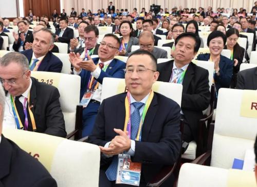 蒙牛总裁卢敏放参加国际经济论坛开幕式,现场沟通探讨乳业发展未来