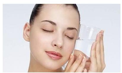 在皮肤干燥缺水的情况下 皮肤缺水怎么补水最快