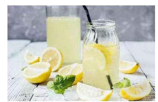 美容养颜预防结石缓解痛风的柠檬水 究竟哪一个时间段喝最好呢?