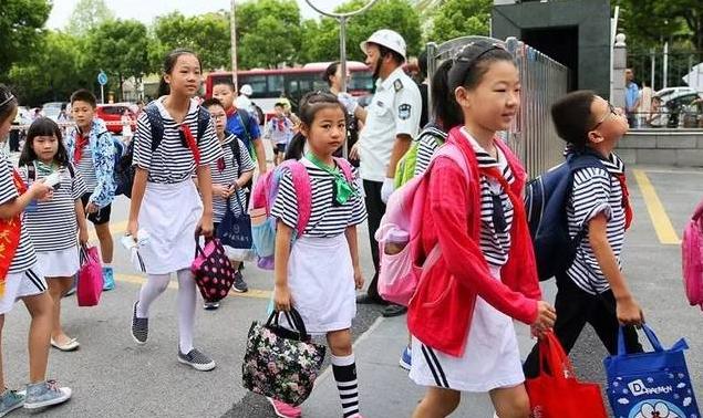 多地中小学今天正式开学部分地区线上教学 校园防疫要求与上学期的要求一样