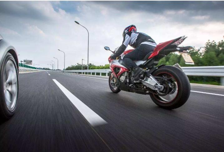 驾驶摩托车是正确的刹车方法 千万记住绝对不能用力握住手把