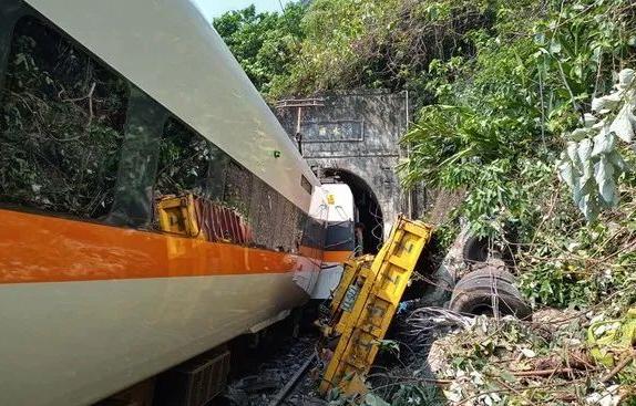 台湾列车脱轨事故现场 台湾列车脱轨事故最新消息