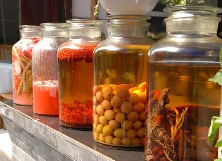 蜈蚣泡酒的功效与作用?蜈蚣泡酒有什么需要注意的地方吗?