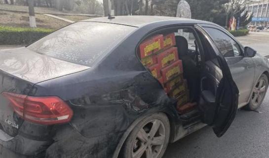 曲阳县城一小轿车内塞满烟花爆竹 未经允许私自运输烟花爆竹存在极大安全隐患