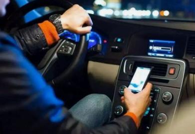 开车玩手机罚款多少?扣几分?碰到红绿灯车停下来时看会儿手机这算违法吗?