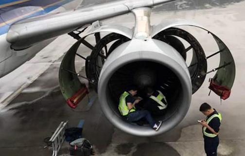 旅客向飞机扔硬币祈福致航班取消 向飞机扔硬币事件屡屡发生危害巨大