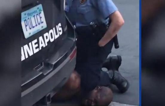 美国白人警察跪杀黑人案宣判 美国白人警察压死黑人处理结果
