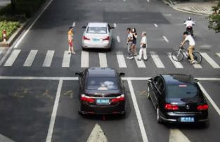 斑马线前机动车到底应该如何礼让行人?难道行人闯红灯也算司机不礼让吗?