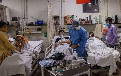 印度无证医生治疗新冠 印度无证医生路边治疗病人