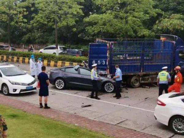 特斯拉货车失控事故 特斯拉追尾货车驾驶员身亡