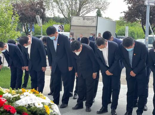 驻塞使馆凭吊北约轰炸中牺牲的烈士 22年前的今天我们永远不会忘记!