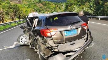 福州一辆私家车碰撞高速公路护栏司机分心看导航屏幕导致行驶路线突然发生偏移