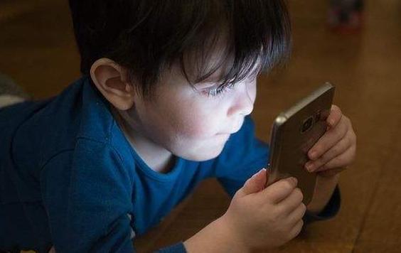 孩子玩手机上瘾了怎么改掉 孩子玩手机上瘾,家长该怎么办?