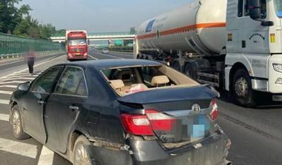 """两车在沪宁高速服务区匝道口发生碰撞 行车途中如何避免受到刺眼阳光""""伤害""""?"""