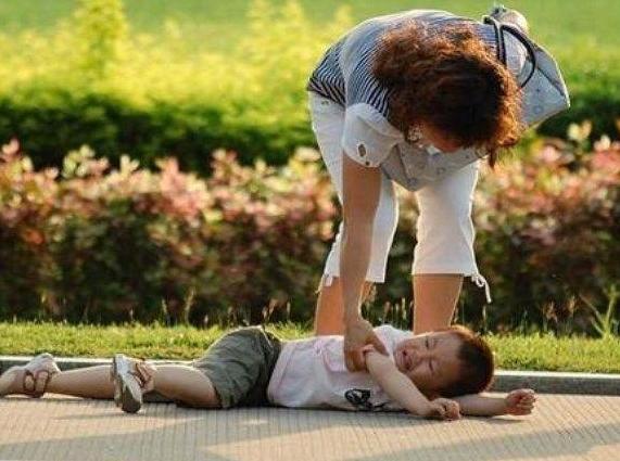 孩子摔倒后家长应该怎么办 孩子摔倒后家长应怎么鼓励孩子