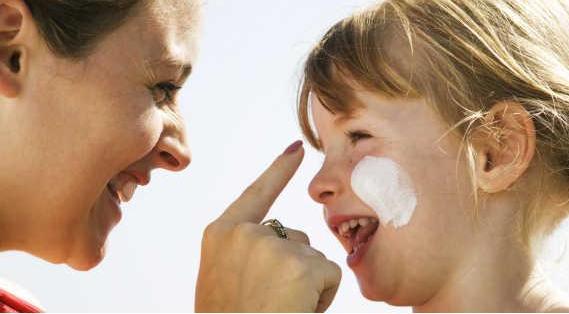 儿童抹不合格的防晒霜的危害巨大 不合格的儿童防晒霜添加化学防晒剂孩子碰不得