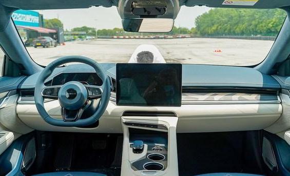 最新极氪001试驾评测 极氪001赛道试驾体验