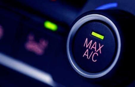 汽车油表灯亮了到底还能开多远?怎么开车才能保证安全加到油呢?