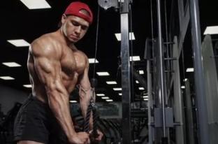 如何利用绳索器材的优势对肱三头肌进行强化?肱三头肌的训练之道