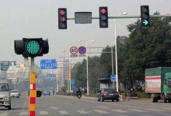 黄灯最后1秒后轮过线应该怎么办? 黄灯最后1秒后轮过线可以走吗?