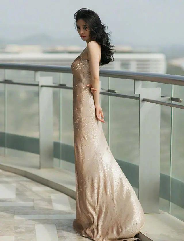 什么是打底裙?刘嘉玲梁朝伟牵手走红毯秀恩爱,一身金色打底裙美遍全场