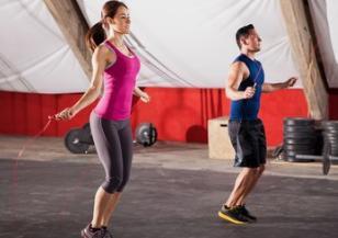 跳绳运动是家庭健身的首选为什么健身达人推荐的运动是跳绳而不是跑步呢?