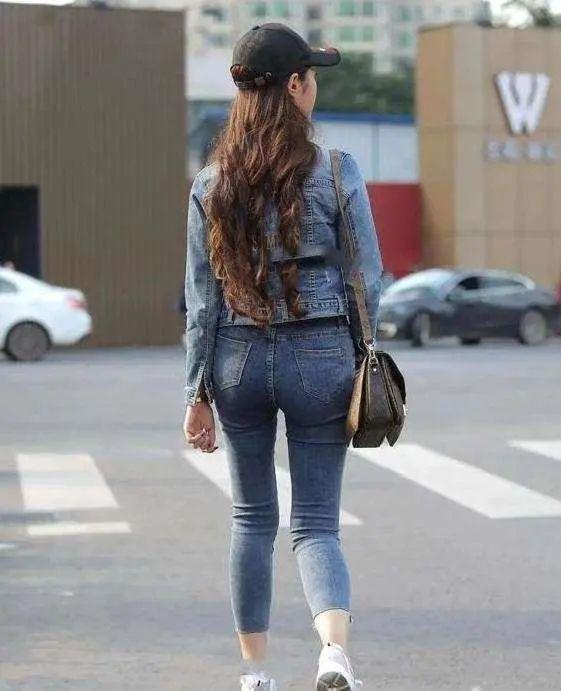 牛仔外套搭配水洗蓝牛仔裤,做时尚穿搭达人,这个夏天相当流行