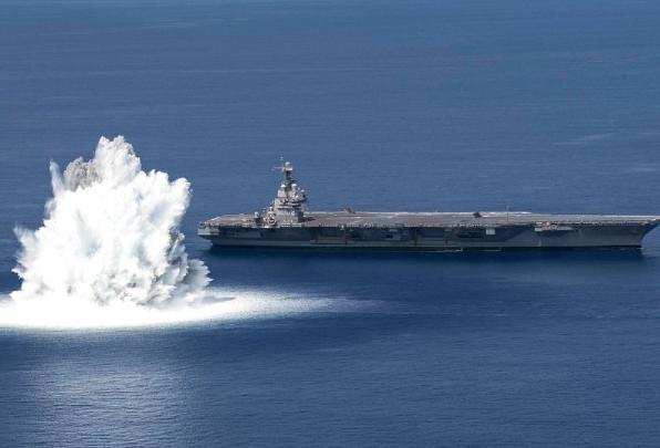 美军航母旁数千磅炸药爆炸 美国福特号航母旁数千磅炸药爆炸进行抗冲击实验