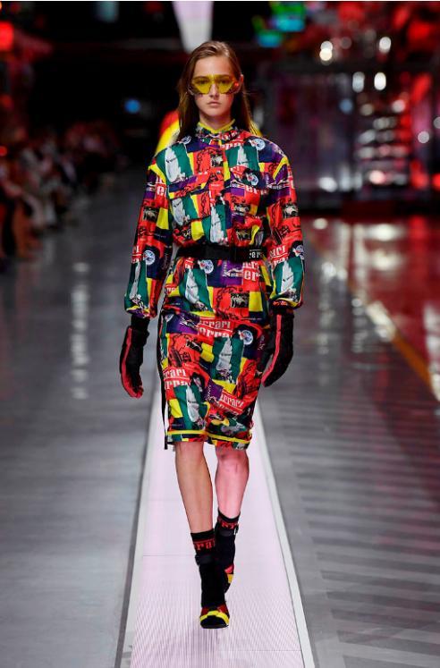 高级定制时装品牌法拉利2022春夏女装时装秀:当超跑遇上超模展现别样风情
