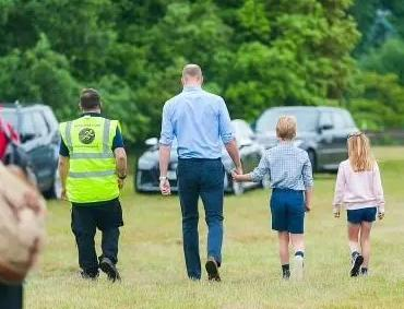 威廉王子的孩子:威廉与孩子们过父亲节,乔治格子衬衫配短裤酷似父亲