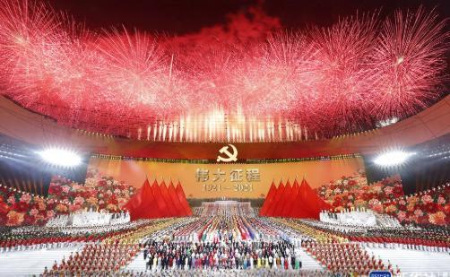 国家体育场上空绚烂焰火盛放,庆祝中国共产党成立100周年