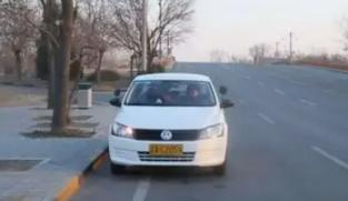 靠边停车30公分有什么技巧?现实生活中在路边停车时需要注意什么?