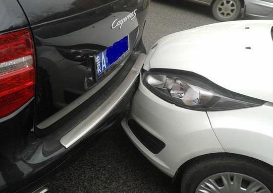 绿灯只剩一秒变灯停车被后车追尾,是前车的责任还是后车的责任?