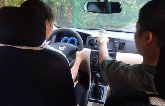 刚拿到驾照后开车要注意什么 新手驾驶汽车手依然要学习的驾驶知识有哪些?