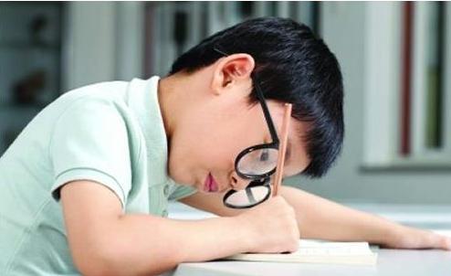 我国近视低龄化问题突出近10%近视学生为高度近视 家长一定要注意保护孩子视力