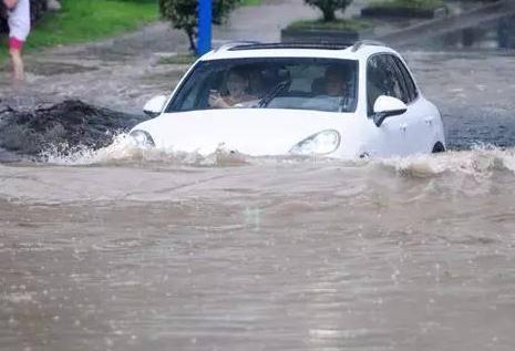 汽车过水路应该快还是慢?积水路段的驾驶机巧你不能不知道