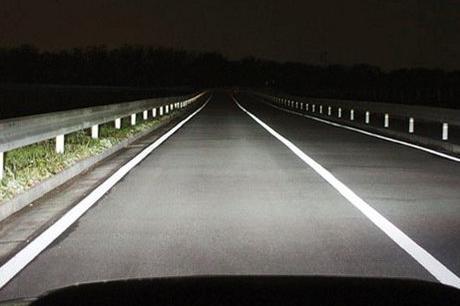 高速上能不能一直开远光灯?学会这些技巧让你安全使用车灯