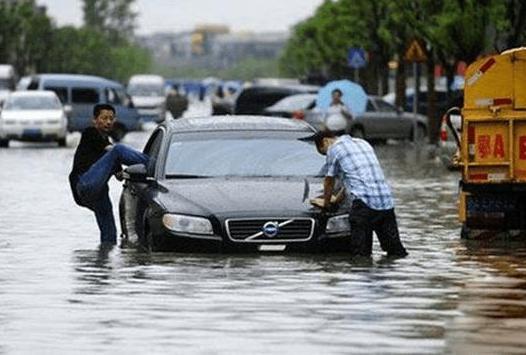 雨天行车被困车内如何自救? 雨天行车被困我们应该做些什么?