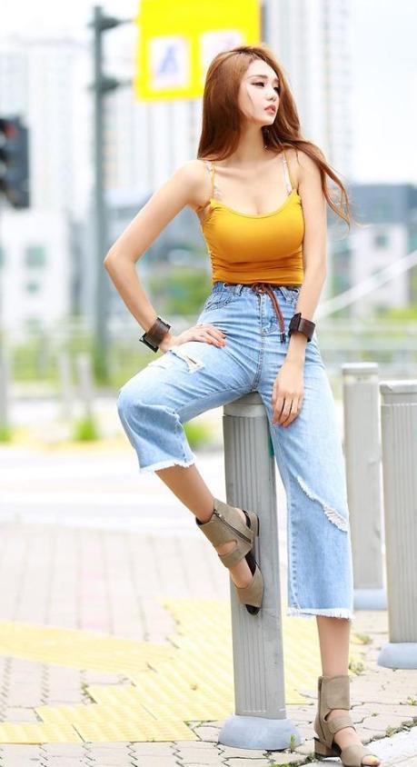 个性时尚的裤子  七分牛仔直筒裤,配吊带衫,时尚潇洒又清凉