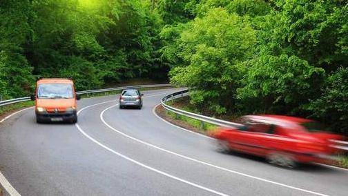 拐弯时先踩离合还是先踩刹车? 注意这几点方能安全正确操作