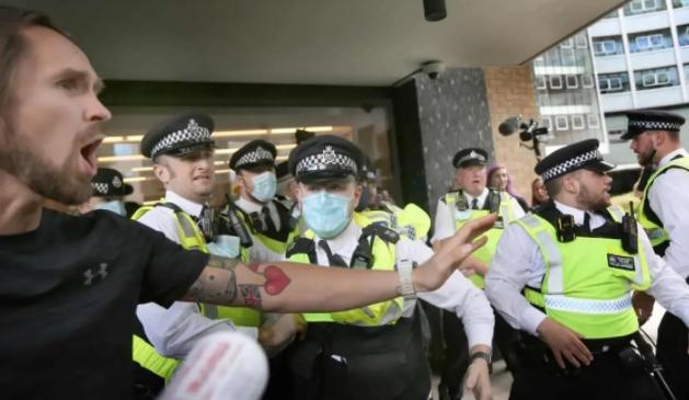 """英国反疫苗抗议者冲击BBC大楼 与警察大打出手高呼""""无耻"""""""