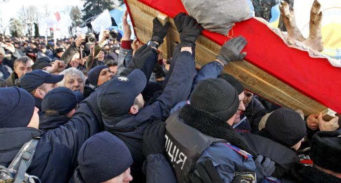 立陶宛首都爆发抗议活动 执法人员用催泪瓦斯驱散抗议者
