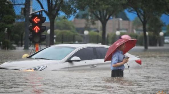 湖北多地遭遇特大暴雨,暴雨期间开车出行需要注意什么?