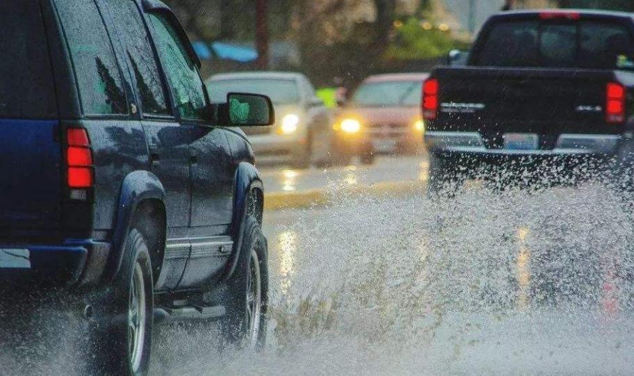 北京暴雨2人驾车涉水被困遇难,暴雨期间开车出行需要注意什么?